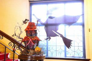 ハロウィン飾りの窓