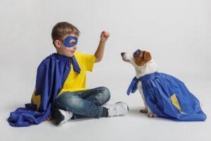 仮装する子供と犬